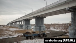 Часовую пераправу пад аварыйным мостам арганізавалі за чатыры дні