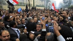 Сторонники приветствуют Саада аль-Кататни перед зданием парламента