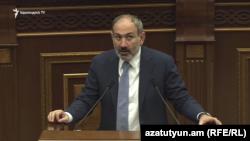 Премьер-министр Армении Никол Пашинян отвечает на вопросы депутатов в парламенте, Ереван, 17 апреля 2019 г.