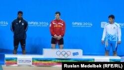Жасұлан Қалиев (оң жақта), Нанкин жасөспірімдер олимпиадасының қола жүлдегері атанған ауыр атлет. 21 тамыз 2014 жыл