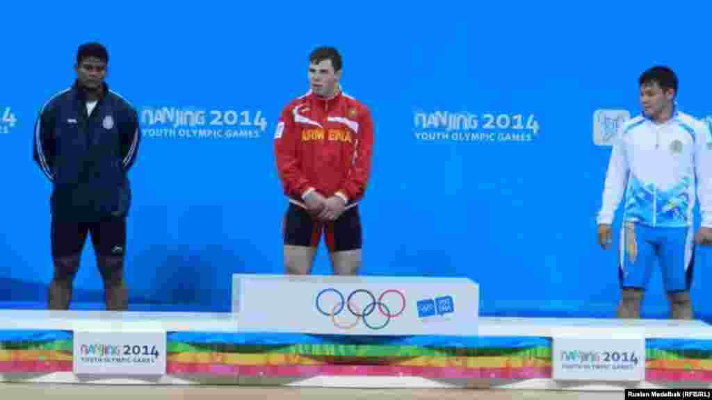 Қытайдың Нанкин қаласында өтіп жатқан жасөспірімдер олимпиадасында қазақстандық ауыр атлет Жасұлан Қалиев (оң жақта) 77 килограмм салмақта қола жүлдеге ие болды.
