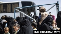 Женщины и дети у автобуса в лагере аль-Холь на северо-востоке Сирии. 3 июня 2019 года.