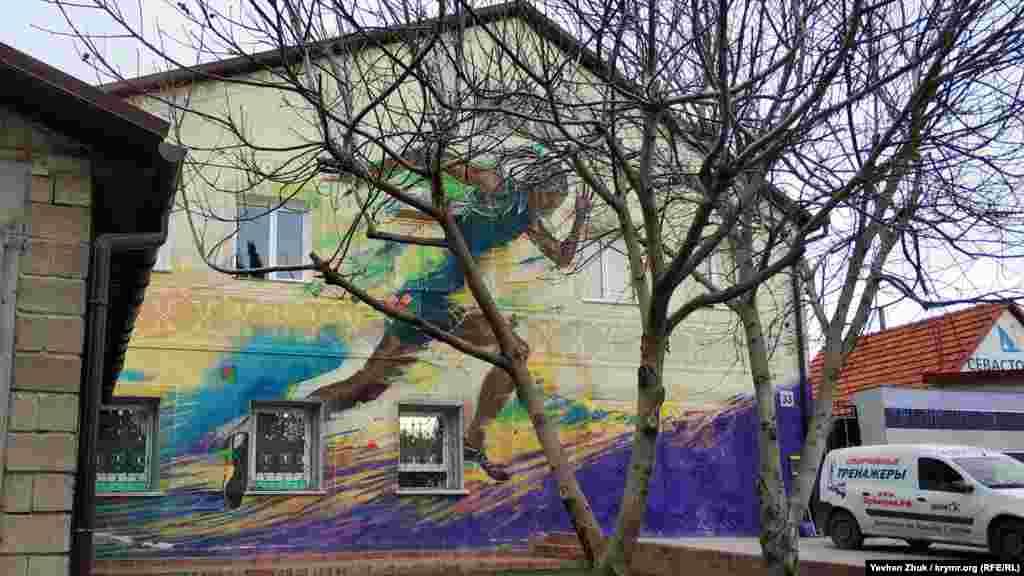 Останнім часом, кажуть місцеві, стали з'являтися рекламні графіті. Як, наприклад, це, розташоване біля спортивного магазину