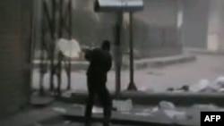 نبرد یکی از مخالفان حکومت بشار اسد با نیروهای دولتی در حمص.