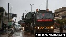Колонна с турецкой военной техникой, направляющаяся в город в Сирии, удерживаемый повстанцами. 26 декабря 2018 года.