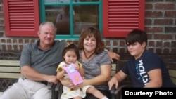 Элли-Аймана Латэм, удочеренная американской семьей из штата Теннесси, Джоелтон, октябрь 2008 года.