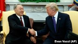 АҚШ президенті Дональд Трамп (оң жақта) Қазақстан президенті Нұрсұлтан Назарбаевпен қол алысып отыр. Ақ үй, Вашингтон, 16 қаңтар 2018 жыл.