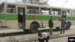 افغان هایی که پول بلیت هواپیما را ندارند باید خطر سفر با اتوبوس را به جان بخرند. (عکس: epa)
