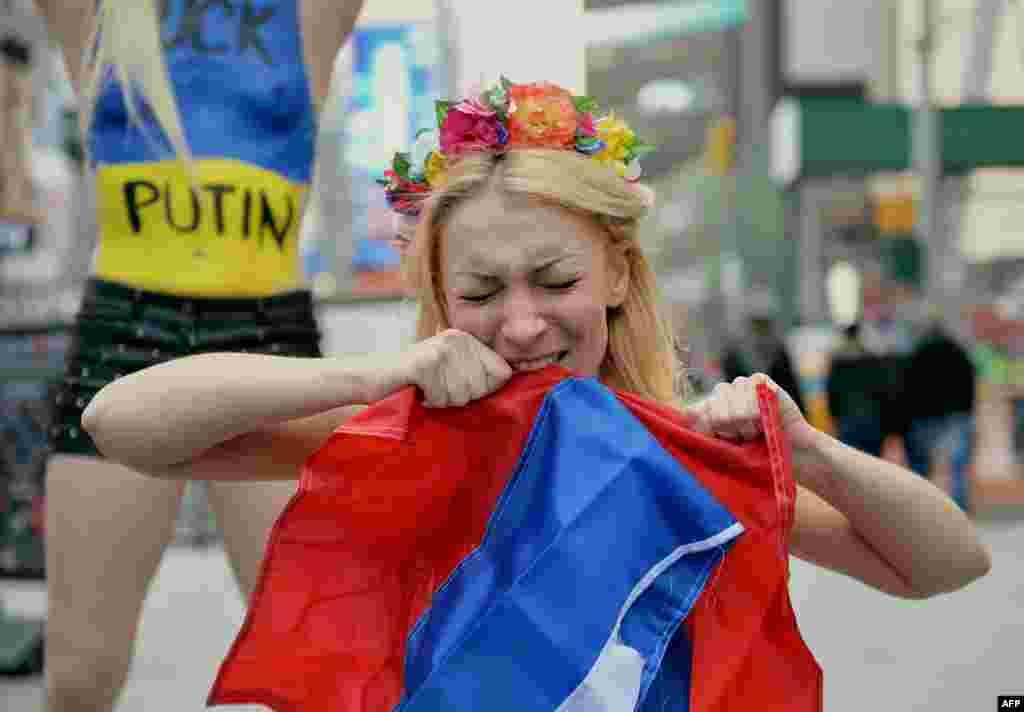 Femen тобының лидері Инна Шевченко Ресейдің Қырымға қатысты іс-әрекетіне наразылық танытып тұр. Нью-Йорк, наурыз, 2014 жыл.