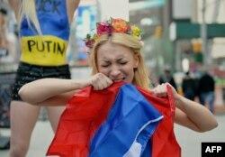 Инна Шевченко в Нью-Йорке на акции протеста против вмешательства России в дела Украины