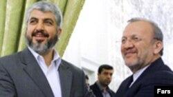 خالد مشعل، رهبر سیاسی حماس(چپ) در کنار منوچهر متکی، وزیر خارجه ایران.