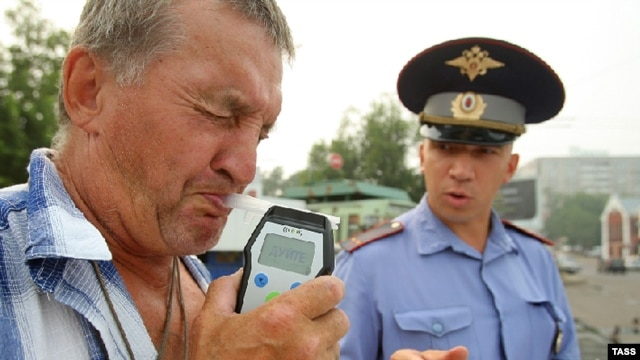 A Russian police officer checks to see if a driver is drunk. (file photo)