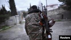 Вооруженный мужчина в Мардакерде, служащий армии самообороны Нагорного Карабаха. 4 апреля 2016 года.