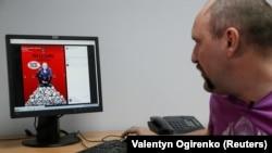 """Ukrajinski umjetnik Andrij Jermolenko koji je napravio seriju viralnih postera """"Crveni karton""""."""