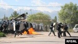 Полиция жасағының кезекті мәрте шабуылға шыққан кезі. Шаңырақ, Алматы, 14 шілде 2006 жыл.