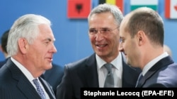 Госсекретарь США Рекс Тиллерсон (слева), генсек НАТО Йенс Столтенберг и глава МИД Грузии Михаил Джанелидзе (справа) в штаб-квартире альянса в Брюсселе