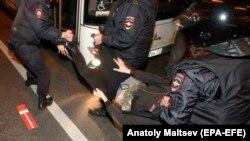 Задержание участника акции в Петербурге