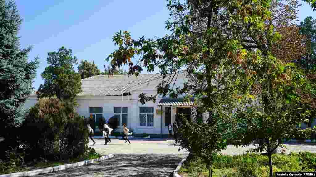 Сельская школа на центральной улице Октябрьской