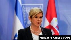 Президентка Колінда Ґрабар-Кітарович змагається за другий термін із колишнім прем'єр-міністром Зораном Мілановичем, та представником правоцентристської правлячої коаліції Мірославом Зорко