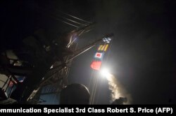 Американский эсминец осуществляет ракетную атакую сирийской авиабазы