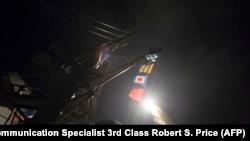 Американский эсминец осуществляет ракетную атаку сирийской авиабазы