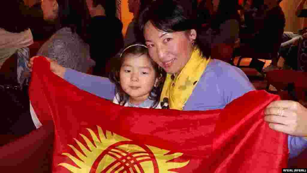 Прагадагы кыргыздардын саны аз болсо да келип, ырчылар менен кошо ырдап отурушту.