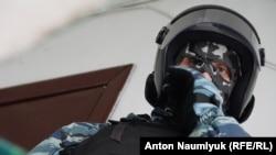 Российский силовик на обыске в Крыму, архивное фото