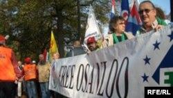 در نهم اوت سال گذشته نیز، فدراسیون جهانی کارگران حمل و نقل نسبت به بازداشت منصور اسانلو تظاهرات اعتراض آمیز برگزار کرده بود.