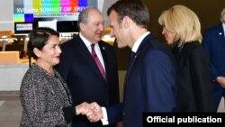 Президент АрменииАрмен Саркисянс супругой Нунэ Саркисян (слева) и беседуют с президентом Франции Эмманюэлем Макроном и его супругой Бриджит Макрон, Ереван, 11 октября 2018 г.