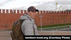 Ivan Scripnicenko fotografiat la memorialul lui Nemțov