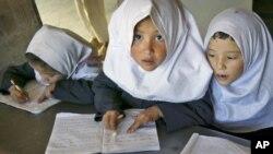 Девочки на занятиях в школе в Кабуле. Иллюстративное фото.
