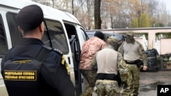 Один из задержанных украинских моряков перед началом суда в Симферополе, 27 ноября 2018 года