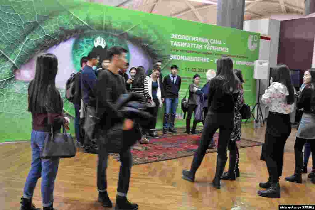 Основные посетители в день открытия выставки «Экомышление – учимся у природы» – учащиеся школ Алматы.