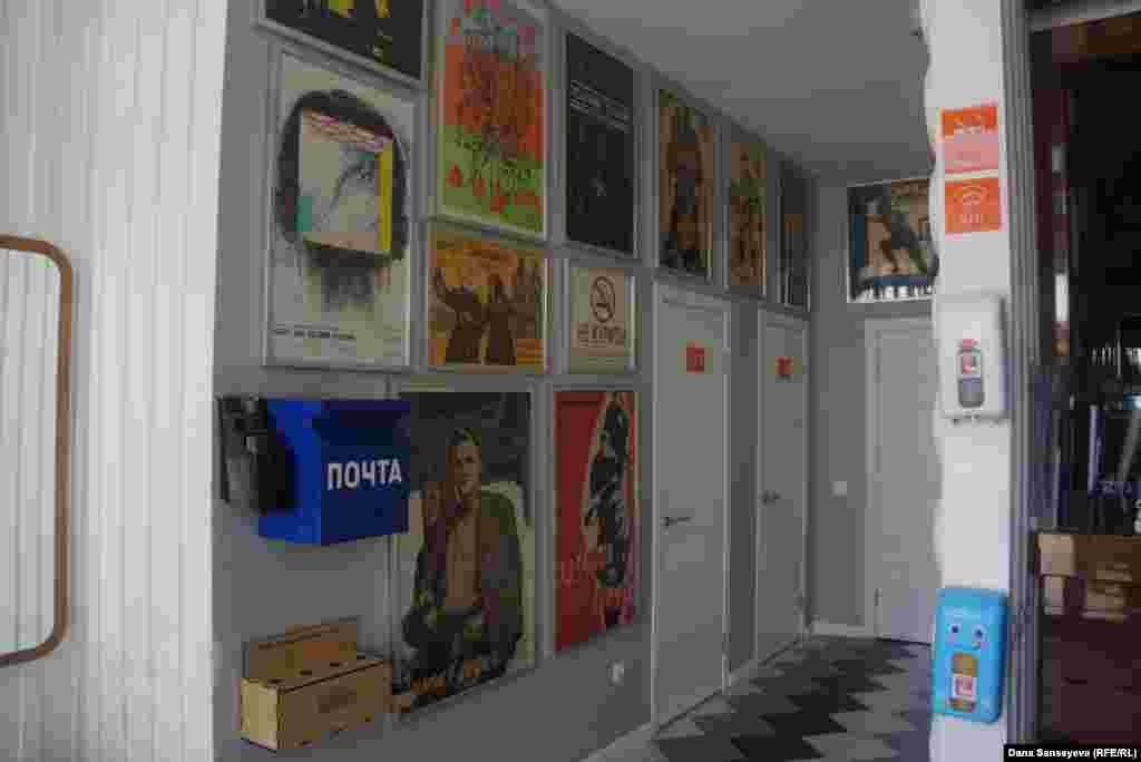 """На стенах кафе """"Целинников"""" в здании бывшего Дворца Целинников (потом - Конгресс-холл) висят плакаты кино, которое показывали в кинотеатре """"Целинников"""" в 60-ых годах. Среди фильмов - """"Королева Бензоколонки"""" 1962 года, """"Чужая родня"""" 1955 года, """"Городок Анара"""" 1976 года. Официант рассказывает, что в 1963 году на этом же месте была столовая кинотеатра Дворца Целинников."""