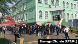 Жители у центра обслуживания населения по улице Тургенева. Актобе, 12 мая 2020 года.