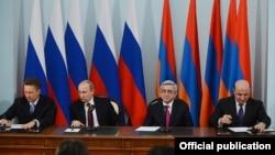 Армения - Министр энергетики и природных ресурсов Армении Армен Мовсисян и гендиректор «Газпрома» Алексей Миллер подписывают газовое соглашение в присутствии президентов Армении и России, Ереван, 2 декабря 2013 г.