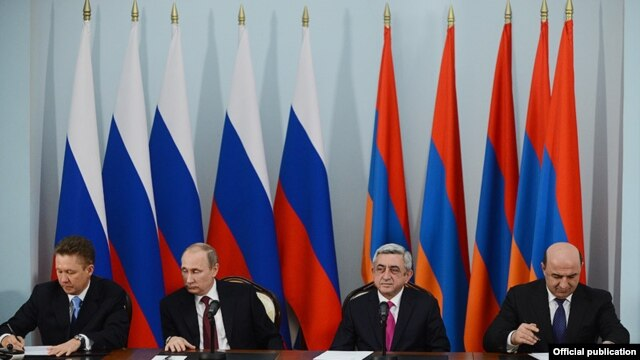 Armenia - Energy Minister Armen Movsisian (R) and Gazprom Chairman Alexei Miller (L) sign a Russian-Armenian gas deal in the presence of Presidents Vladimir Putin and Serzh Sarkisian, Yerevan, 2Dec2013.