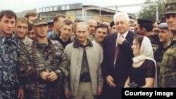 Путин в Ботлихском районе во время боевых действий в районе в 1999 году