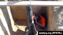 Ауласынан құдық қазып жатқан тұрғын. Ақтөбе облысы Шұбарши кенті, 14 мамыр 2012 жыл. (Көрнекі сурет)