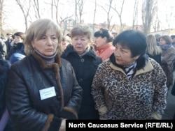 Зинаида Хосонова (слева), мать обвиняемого в двойном убийстве Олега Хосонова