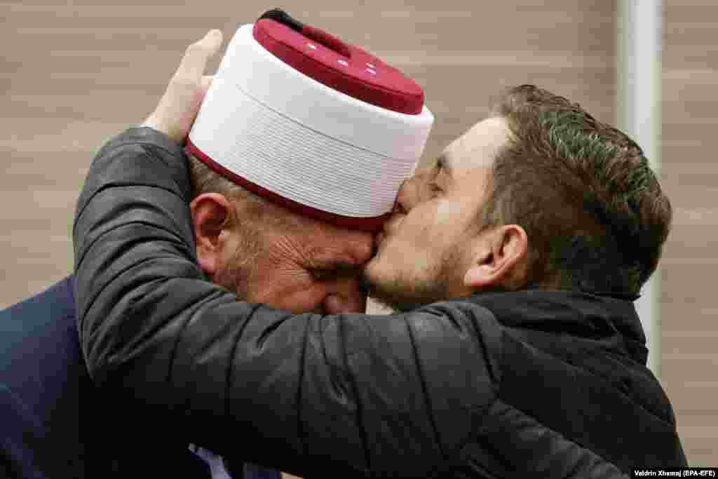 Një mbështetës i imamit Shefqet Krasniqi përqafon ish-imamin e Xhamisë së Madhe në Prishtinë, pasi i njëjti është liruar nga tri akuza penale.(epa-EFE/Valdrin Xhemaj)