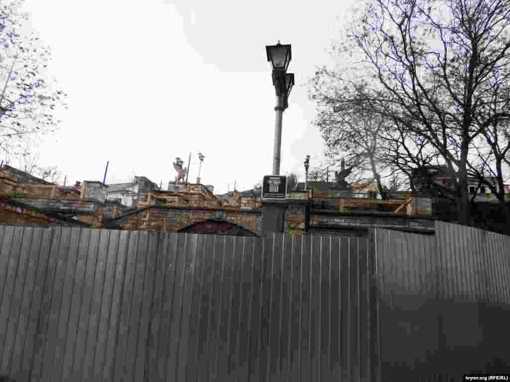 """Российская компания из Санкт-Петербурга """"Меандр"""" выиграла тендер на проведение первоочередных противоаварийных работ на Большой Митридатской лестнице."""