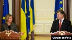Федерики Могерини (оң жақта) мен Украина президенті Петр Порошенко.