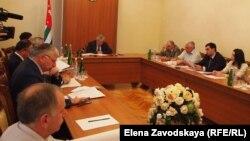 Несмотря на разные мнения и предложения, принят и рекомендован парламенту Абхазии тот вариант поправки, который озвучили в начале заседания: президент должен назначать и освобождать глав местных администраций