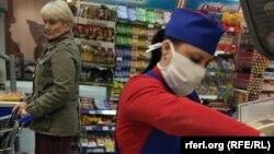 Casieriță cu mască de protecție într-un supermarket Sheriff din regiunea transnistreană, Tiraspol, 18 martie 2020