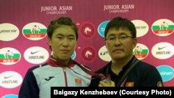 Нураида Анаркулова и вице-президент Федерации по борьбе Байгазы Кенжебаев. Таиланд. 12 июля 2019 года.