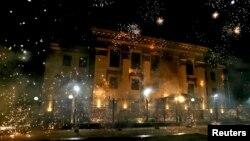 Фейерверки вокруг здания посольства России в Киеве. В ночь на 18 сентября.