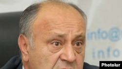 Министр градостроительства Армении Вардан Варданян на итоговой пресс-конференции. Ереван, 22 декабря 2010 г.