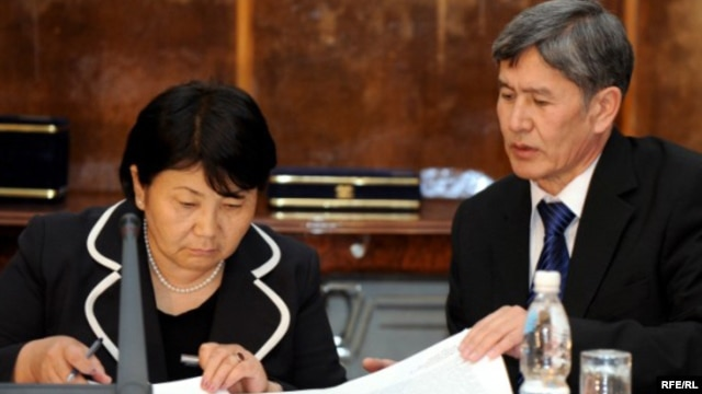 Қырғызстан уақытша үкіметінің басшысы Роза Отынбаева мен үкімет мүшесі Алмазбек Атамбаев. Бішкек, 26 сәуір 2010 жыл.