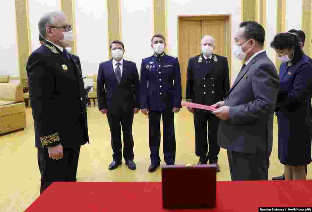 СЕВЕРНА КОРЕЈА / КИНА - Рускиот претседател Владимир Путин го одликуваше севернокорејскиот лидер Ким Џонг-ун по повод 75-годишнината од победата над нацистичка Германија, соопшти денеска Амбасадата на Русија во Пјонгјанг, пренесе новинската агенција АП. Ким не присуствувал на церемонијата. Медалот го примил министерот за надворешни работи на Северна Кореја.